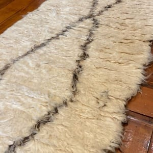Rug# 25119, Turkish Tolou style shaggy runner, hand knotted fleece lamb wool, natural colours, size 418x75 cm (3)